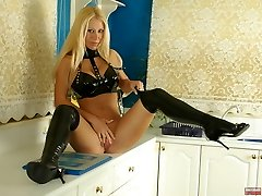 Kinky platinum-blonde in thighhigh latexboots
