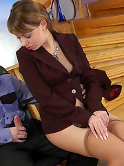 Sexy business lady doesn�t mind to tear her tan pantyhose for wild scoring