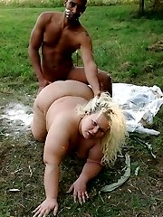 Cock starved BBW model Amanda strips off her clothes outdoors to give off an excellent blowjob