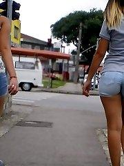 Girls waving the tight shorts asses