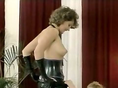 Hussy domme in latex outfit gives deepthroat oral