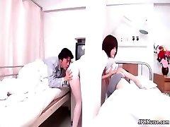 Sexy japanische Krankenschwester gibt einem Patienten eine gewisse part3