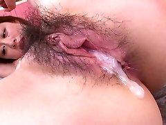 Ziemlich horn-mad Asian girlie mit schönen Klopfer nimmt double penetration