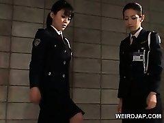 Schwanz verhungert asian Polizei Frauen geben handjob im Gefängnis