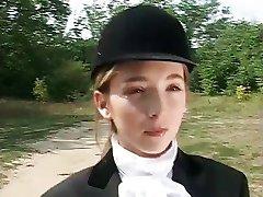 בחורה צעירה ללמוד רכיבה על סוסים !