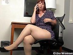 American Plumper milf Scarlett has smartphone sex in office