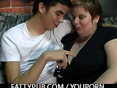He plows fat chick in the pub