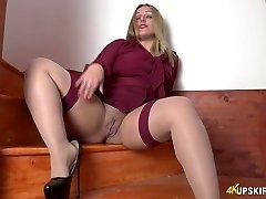 All alone obscene bi-atch Ashley Rider stretches her own cootchie a bit