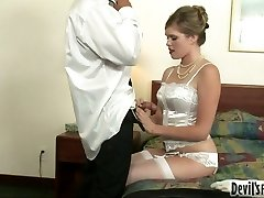 Hot blonde lady Sindee Shay satiates Tommy Gunn with oral job