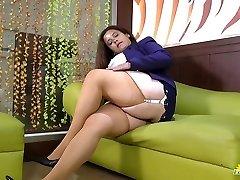 LATINCHILI Rosaly is masturbating her yam-sized latin granny pussy