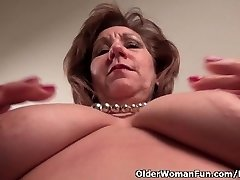 Pantyhosed mommy unleashes her naughty side