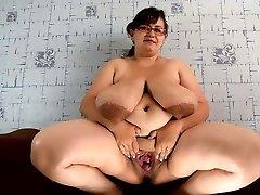 gorda chichona abriendo mucho su panocha