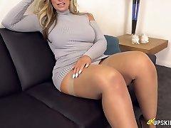 UK MILF with blond hair Kellie OBrian is always ready to flash rump