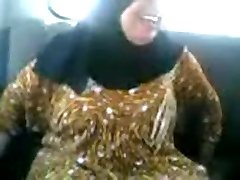 Arab MILF sucking and fuckin' in a car