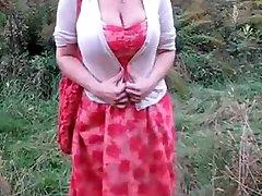 Grote tieten en ass in het maisveld