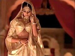 indian actress bipasha basu showing hooter: