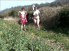 public clignotant dans un champ avec un ami