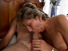 Mature is getting her dirty culo porked