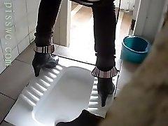 1 hr of pretty women peeing