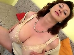 Long fuck stick makes this cougar moan