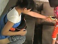 चीनी महिलाओं के एक सार्वजनिक शौचालय में