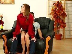 सुंदर Leony Aprill में चमड़े miniskirt