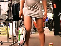 Preciosa anglosajona raquet insertion in public supermarket objet