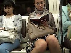 ट्रेन में अपस्कर्ट
