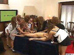 ढंकी महिला नंगा मर्द के साथ निवर्तमान जापानी लड़कियों के लिए जो हँसी की जांच लंड