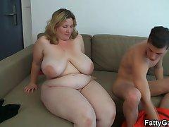 गर्म बड़ी खूबसूरत औरत खराब हो जाता है सोफे पर