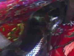 Kale Teef Wordt Wild Met Slangen En Kettingen