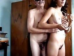 sexy dospívající dívka s její dědeček doma