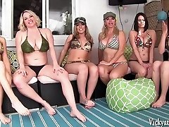 Vicky Vette's Nachbarschaft Orgie!!! 6 Mädchen!