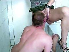 Bruder kommt ins Bad und fickt seine kleine Stief-Schwester
