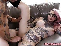 Inked emo slut gets her puss drilled