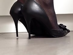 Excellently popping classic high heels