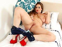 British milf Sophia Delane spreads her bangable fanny