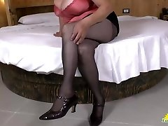 LATINCHILI Latina mature solo tugging