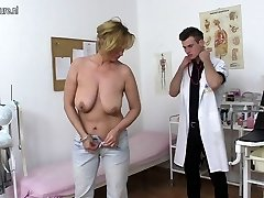 Ultra-kinky mother fucking and sucking young therapist