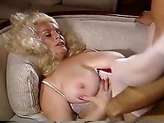 大Titty金髪が汲み上げソファーに