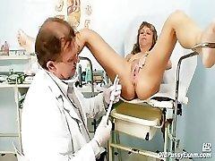 成熟したVladimiraが彼女の滑り適切にgyno検討kinky gyno博士