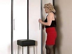 たコック成熟した女性masturbates