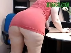 Old mature mom show her splendid big booty