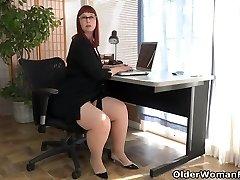 American milf Scarlett stretches her thunder thighs