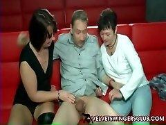 ベルベットSwingersクラブの成熟した妻の入れ替えパートナー gangbang