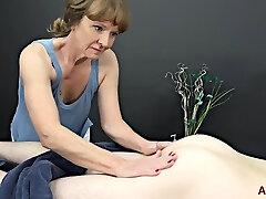 経験豊富なマッサージ師、シンディ-シンクレアは、彼女の仕事をするのではなく、たまにコックを吸う