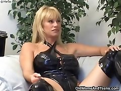 Latex lesbian mom in action
