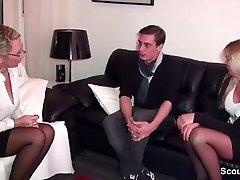 Geile Deutsche Milf hilft paar beim Intercourse mit einem Dreier