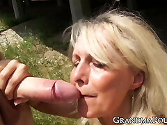 Curvy mature lady slobbers on fat younger bone with passion