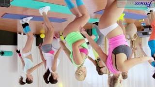Группа Молодых Лесбиянок Занимается В Спортивном Зале